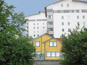 De nya villorna, Söderkåkarna, kommer att ha trädgård och uteplatser både mot Källargränd och Trädgårdsgatan. Här syns husfasaden mot Bergmansparken.