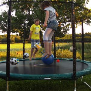 En underbar sommarkväll hemma hos familjen Johansson i Forsby. Kristina och Mikael studsar tillsammans med alla husets bollar på sin nya studsmatta. I bakgrunden en vacker kvällssol.