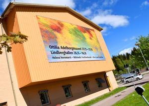 Lindberghallens Borlängegavel med bild av Helena Hernmarcks väv Passing Fall.