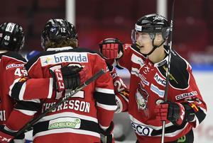 Malmös Fredrik Händemark klappas om efter 1-0 målet under fredagens ishockeymatch i SHL mellan Malmö Redhawks och Leksands IF på Malmö Arena.