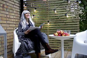 Den enkla ljusslingan som Marit Sihm Kvenangen har på altanen ger stämning i höstmörkret.