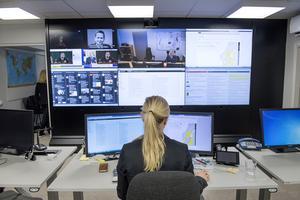 Tjänsteman i beredskap i lägesrummet hos  MSB, myndigheten för samhällsskydd och beredskap, på kontoret i centrala Stockholm.