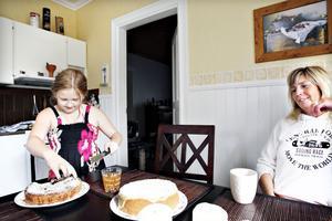 """BÄSTISAR. Maja Halldén tar för sig av mammas hembakta kaka. """"Mamma du är bäst på att baka.""""  Mia Halldén hade alltid varit bestämd med att hon aldrig skulle ha några egna barn. Därför blev både hon och hennes omgivning chockade när Mia upptäckte att hon var gravid, två månader före förlossningen.  """"I dag har jag ändrat inställning."""