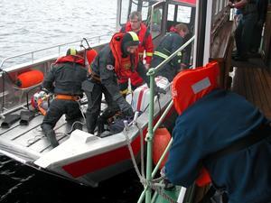 Räddade. Rättviks räddningstjänst lägger till vid ångfartyget Engelbrekt under lördagens säkerhetsövning.