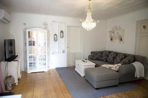 Vardagsrummet är målat vitt och planer finns att renovera även här.
