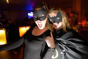 Tove Bäckström och Ines Kukic var bat- respektive catwoman.Vad är det läskigaste ni vet?- Folk som kommer in i duschen när man står där, sade Ines snabbt.Tove höll med efter lite övertalning.Foto: Joakim Rolandsson