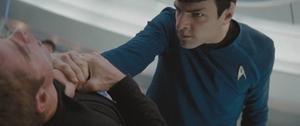 """Stjärnornas krig. Spock (Zachary Quinto) går hårt åt Kapten Kirk (Chris Pine) i """"Star trek"""". Foto: UIP"""