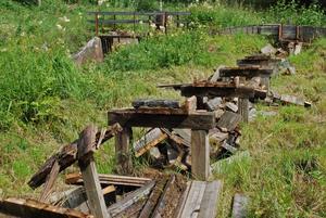 Den förfallna vattenrännan med Klockarbäcksdammen i bakgrunden som Rättviks pastorat skulle vilja få renoverad.