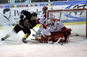 Erik Fredriksson försöker trycka in pucken, dock utan resultat den här gången. Fredriksson satte lite senare FAIK:s 1-1-mål.