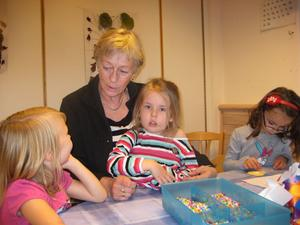Lisbeth Wester från Ockelbo får en fast tjänst som förskolelärare i Sandviken. Här med barnen Ida, Linnea och Saida.
