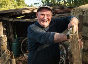 Mario åker mopedlastbil varje dag till sin kolonilott där han odlar aubergine, apelsiner, fikon, lök och sallader av olika slag.