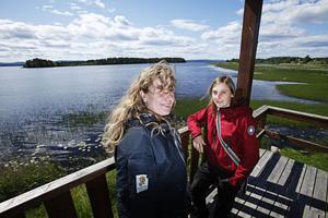 Naturbevakaren Louise Lindqvist och handläggaren Linda Svensson besökte Hålsjöholmens naturreservat på onsdagen. Ön skymtar i bakgrunden.  Foto: Markus Dahlberg