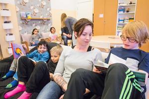 Lärarstudenten Jennifer Borgulf från Skogsbo sitter med när Sami Lohichi, Elvin Bylund och Tor Däumichen har lässtund. Hon tycker att det är bra att få chansen att ha praktik på en och samma skola.