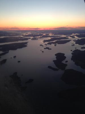 Den underbara Mälaren från luften, precis efter solnedgången.