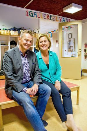 Jämställdhetsministern Maria Arnholm (FP) och Pär Löfstrand (FP) besökte förskolan Videgården för att prata förste förskollärartjänster.