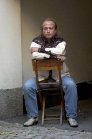 Levi Henriksen har skrivit en bok om norsk glesbygd, antihjältar - och kärleken till Sverige.