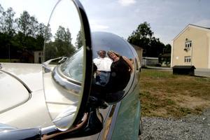 FIn detalj. Kombinerad sökarlykta och backspegel. Håkan och Laila Hedberg från Bergsän i Gyttorp har sin Ford Crown Victoria 1955 i 40 år.