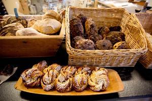 Allt, utom en kladdkaka som finns i sortimentet, är bakat av surdegsbröd.