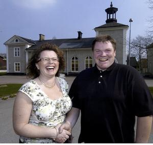 Glada miner. Både Anna Branzell och Esko Junttila är glada över att affären äntligen är klar, mellan dem om den forna baptistkyrkan.