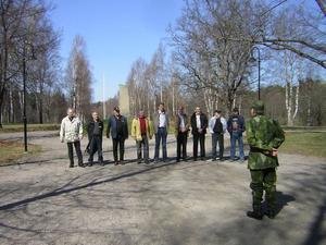 Uppställning i Regementsparken. Major Söderberg inspekterar den irreguljärt klädda styrkan.