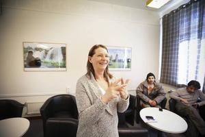 Lena Lejpe, vägledare på integrationsservice, träffar de nyanlända och ser till att den hjälp de behöver för att klara det nya livet i Sverige.