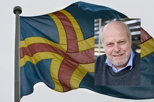 Olof Ehrenkrona är generalkonsul på Åland gästar Patricia måndagkväll kl 19. Bilden är ett montage. Porträttbilden är tagen av Tobias Vestergren, flaggbilden kommer från TT.