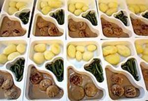 Arkivbild: LEIF JÄDERBERG Maten blir dyrare. Från och med årsskiftet får personer i särskilt boende betala mer för sina måltider.