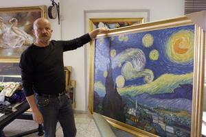 Starry Night av Vincent van Gogh är en av kopiorna som ska ställas ut på Jamtli i sommar. Med på bilden är Håkan Hedin.