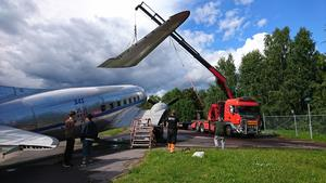 DC:3-an som länge stått vid Hotell Roslagen står nu på plats i handelsområdet vid södra infarten.