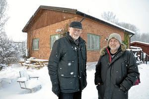 Hamnkontoret. Lennart Alm, till vänster, och Berndt Eliasson vill bevara hamnkontoret i bakgrunden. Foto: Anders Erkman