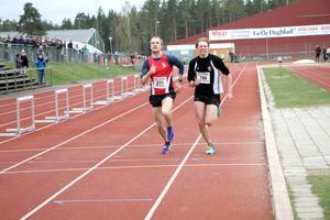 Johan Fagerberg (till vänster) lyckades ta sig först i mål i en rafflande spurtuppgörelse mot Jonatan Alvaeus.