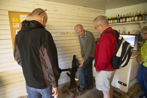 Ola Edlund visar hur kapsylen sattes fast förr i tiden på Hå saftfabrik.