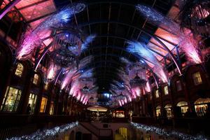 Julpynt i Covent Garden Market i London. Snart ska marknadshallen fyllas av ballonger.