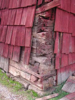 Tiondeboden i Ingatorp har timmer från 1229. Den är klädd med spån. Foto: LENNART GRANDELIUS