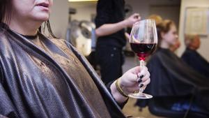 Det blir allt vanligare att bjuda sina kunder på alkohol. En frisersalong fick en varning sedan de bjudit kunder på vin. Bilden är arrangerad.