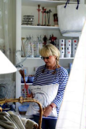 Pia Högström från Killingskär trivs med sina spetsgardiner och dukar av högsta kvalitet.