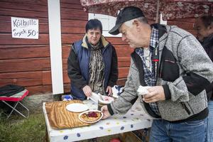 Birgitta Nilsson serverar Jan Brolin.