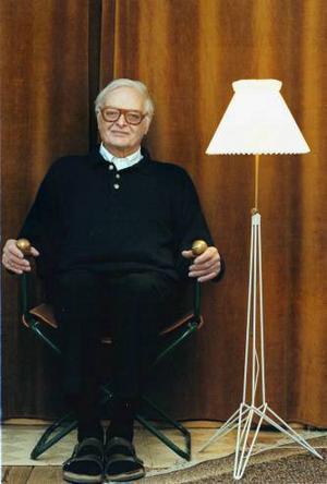 Designen på lampan känns igen från Stringhyllans gavlar. Fällstolen Nisse Strinning sitter i designade han själv, men den tillverkades endast i ett exemplar.