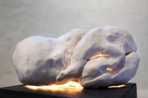 Oskyddade foster som blir minnesmonument över dem som inte överlevde, och en barnsko fjättrad i väggen med en kedja. Annikki Anderssons utställning på Drejeriet lämnar avtryck.