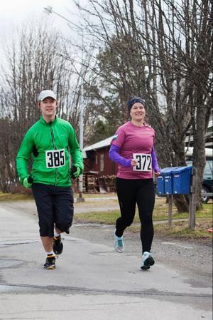 Totalt deltog 27 löpare i halvmaran. Här springer David Öbom, Forshaga och Maria Fälldin, Lättja IF.