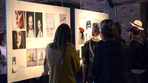 Vernissagen skapade möjligheter för studenterna att knyta kontakter folk i reklambranschen.