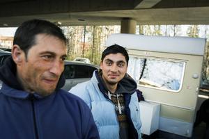 – Vi är en grupp släktingar som lämnat våra familjer hemma för att komma hit och försöka tjäna ihop pengar, säger Edvard, till vänster, som tillsammans med Razvan övernattar under Frösöbron.