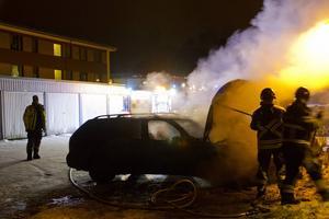 En bil fattade eld och viss spridningsrisk rådde, men lågorna kunde snabbt släckas.