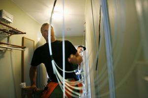 Installatörerna Christer Jonsson och Andreas Nordström tror att arbetet med de nya bredbandsuttagen kan göras på en dag.