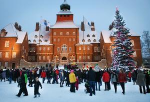 Intresset var stort för söndagens invigning av Hela Sveriges gran, den framför rådhuset i Östersund.