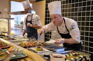 Klart för servering, men allt som allt har matlagningen tagit några minuter för lång tid kan Niklas Edgren konstatera. Bild: GÖRAN KEMPE