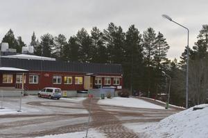 Militärrestaurangen i Trängslet hjälper flyktingarna med mat, men många och främst barnen har svårt för den svenska maten.
