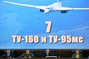 bombplan. Vladimir Putin med sin försvarsminister och representanter för militärledningen under ett möte i Moskva 2014. På skärmen ett nytt bombplan. Arkivfoto: Alexei Druzhinin, Presidential Press Service/AP