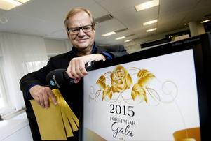 Roland Engström blir programledare för ST:s direktsändning av Företagargalan i Ånge, här med nomineringskuverten i sin hand.