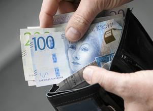 Allt fler äldre hamnar under den relativa fattigdomsgränsen, som i dag ligger på cirka 12000 kronor i disponibel inkomst, skriver representanter för PRO.